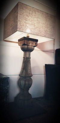 Foto van balusterlamp met vierkante kap door Antérieur Authentique