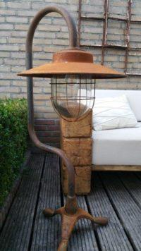 Afbeelding van armatuur uit de Dutch Lighting Collection by Antérieur Authentique met op de achtergrond de 2.5-zitsbank uit de Dutch Wood Collection