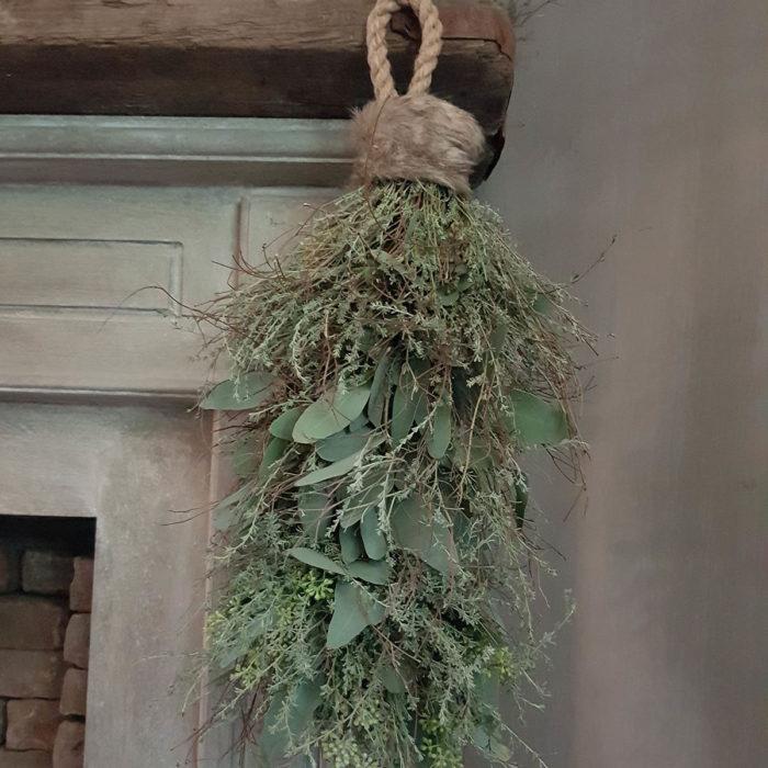 Afbeelding van toef met mos, wilde thijm en eucalyptus aan schouw als applicatiofoto voor Anterieur Authentique webshop
