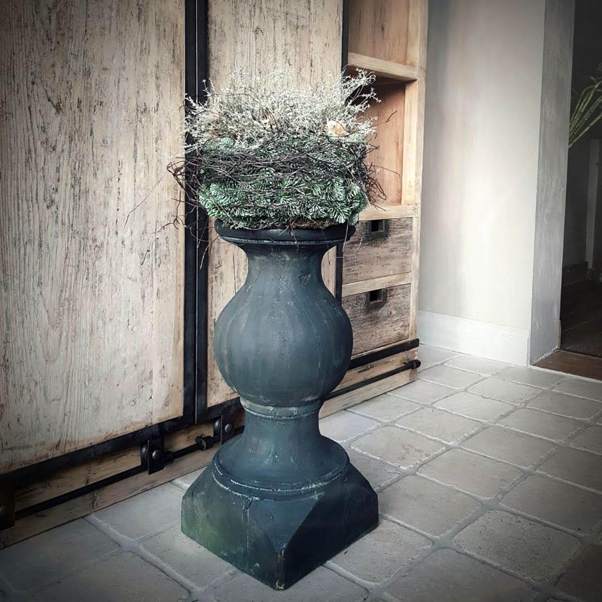 Afbeelding van baluster antraciet olijfgroen op leistenen tegelvloer voor galerij Antérieur Authentique webshop