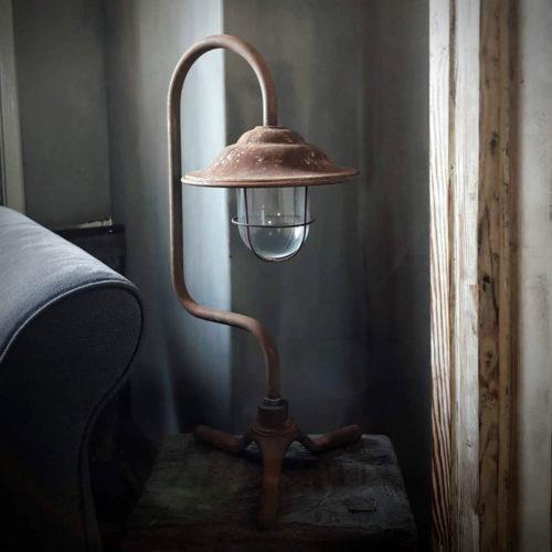 Afbeelding van DLC Vloerlamp mini cortenstaal voor webshop Antérieur Authentique in woonkamer