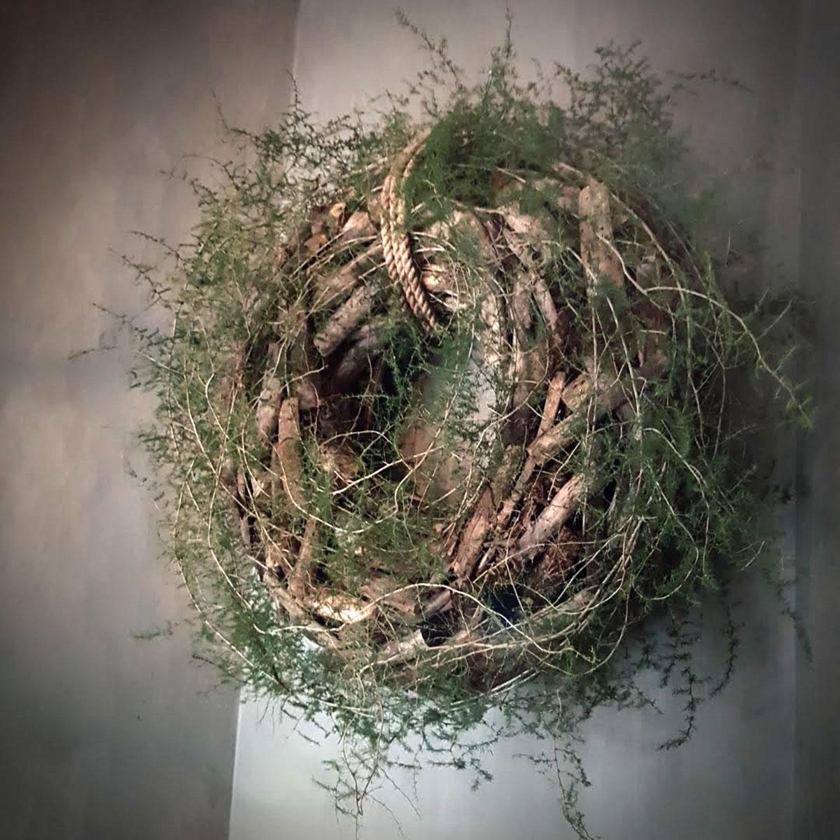Afbeelding van krans drijfhout wilde asparagus aan schoorsteenmantel voor gebruik in webshop van Antérieur Authentique