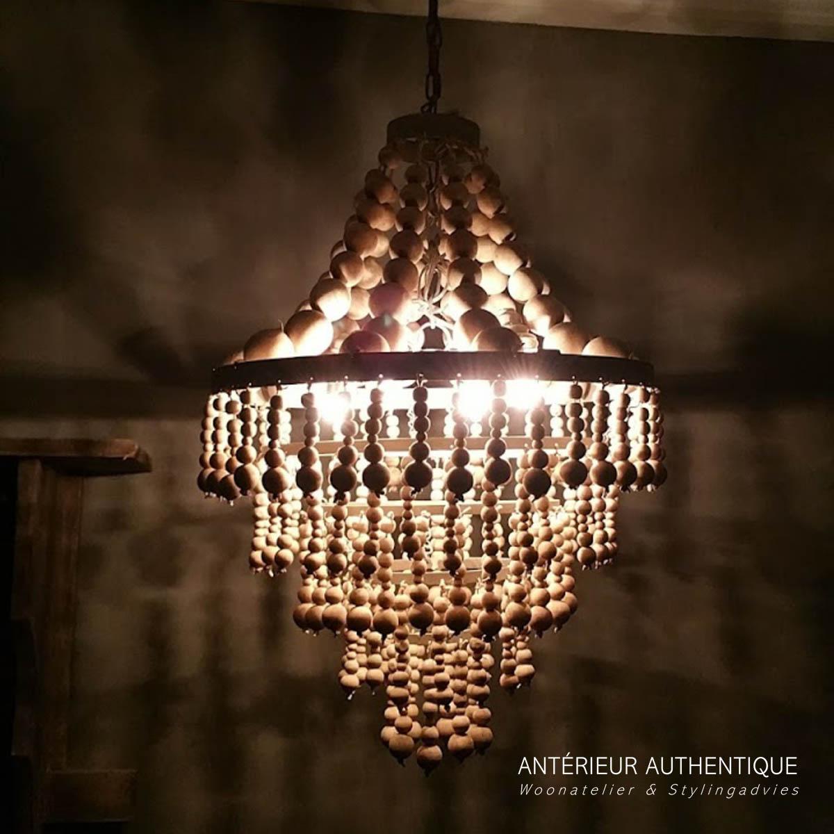 Afbeelding van brandende hanglamp kralen voor webshop van Antérieur Authentique