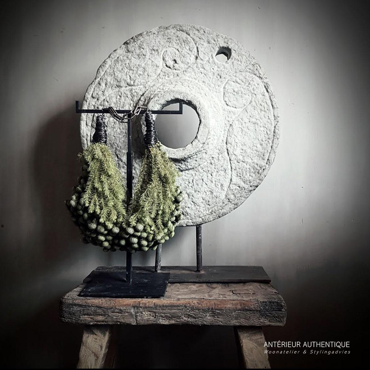 Afbeelding van zandsteen ornament op statief voor Antérieur Authentique webshop