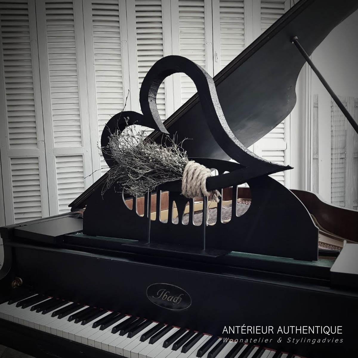 Afbeelding van Valentijnshart op statief als indexfoto voor webshop Antérieur Authentique op piano