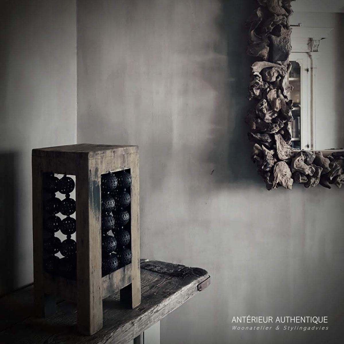 Afbeelding van windlicht oud teak met bolletjes op schouw voor spiegel voor gebruik in webshop Antérieur Authentique