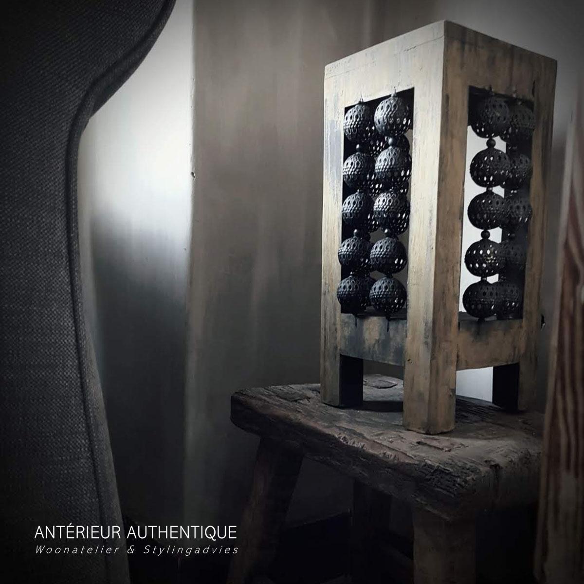 Afbeelding van windlicht oud teak naast boekenkast en zitbank voor gebruik in de webshop van Antérieur Authentique