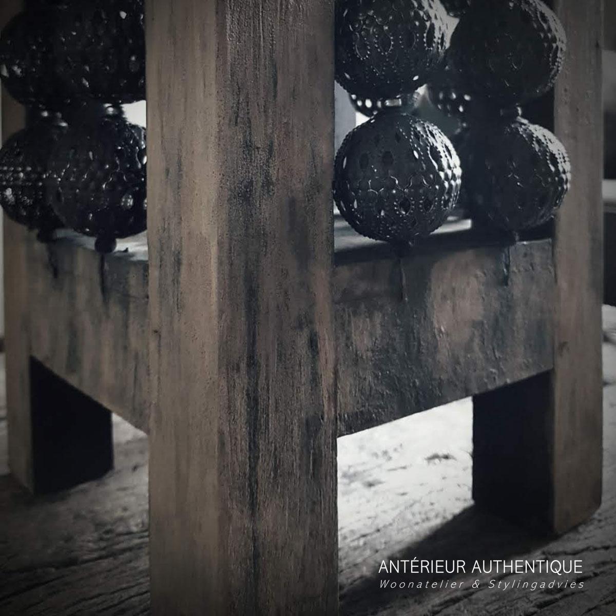 Close up afbeelding van windlicht oud teak voor gebruik in de Antérieur Authentique webshop