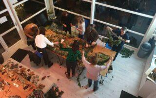 Entnhousiaste groep met deelneemsters aan een workhsop groendecoratie op locatie door Antérieur Authentique.