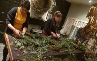 Deelnemers workshop groendecoratie Valentijnshart in de studio van Antérieur Authentique.