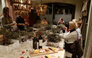 Beeld van gezelligheid, sfeer en creativiteit tijdens een volledig verzorgde workshop groendecoratie bij Antérieur Authentique.